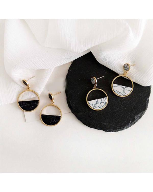 Круглые серьги купить так просто. Модная пара Черный мрамор ждет тебя!