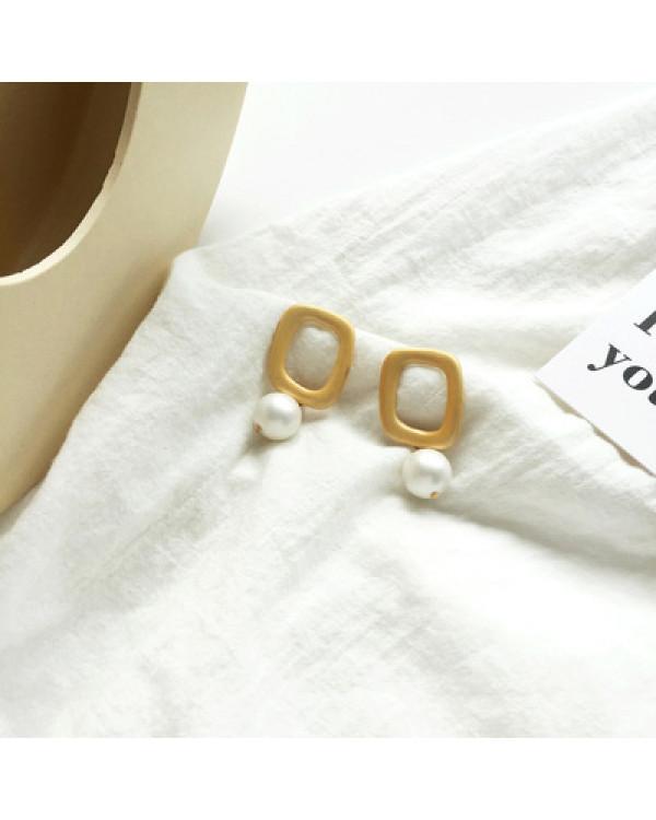 Стильные минималистичные модные серьги с жемчугом  бижутерия купить так просто с сорока.ми
