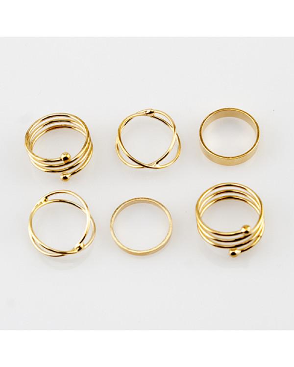 Фаланговые кольца Mirma – это простые линии, заключенные в благородный золотой оттенок