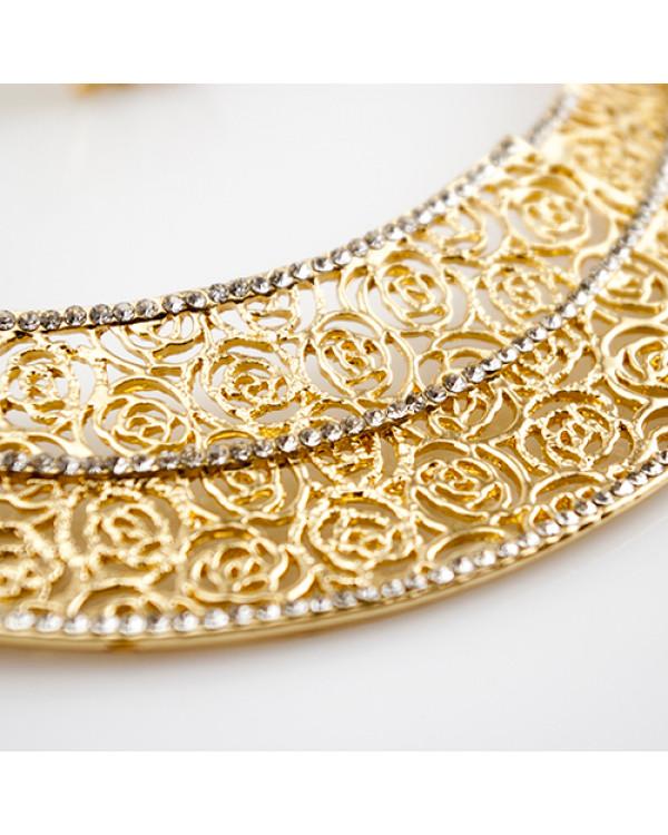 """Набор украшений """"Афродита""""  – это колье и серьги, украшенные золотым узором из роз и мерцающей дорожкой кристаллов"""