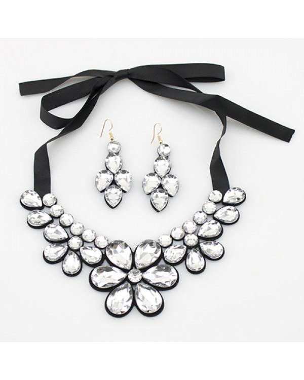 Набор украшений Кристальные цветы - колье и серьги с кристаллами сделают ваш образ незабываемым!